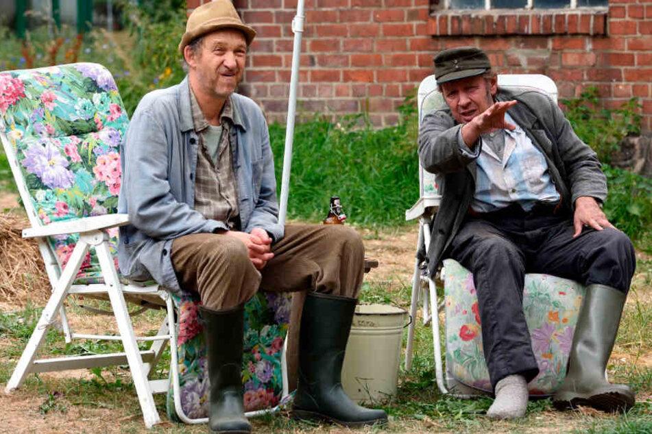 """Die eigenwilligen und liebenswerten Bauern Kurt Brakelmann alias Jan Fedder (rechts) und Adsche Tönnsen alias Peter Heinrich Brix (64) sind Hauptfiguren der Serie """"Neues aus Büttenwarder"""". (Archivbild)"""