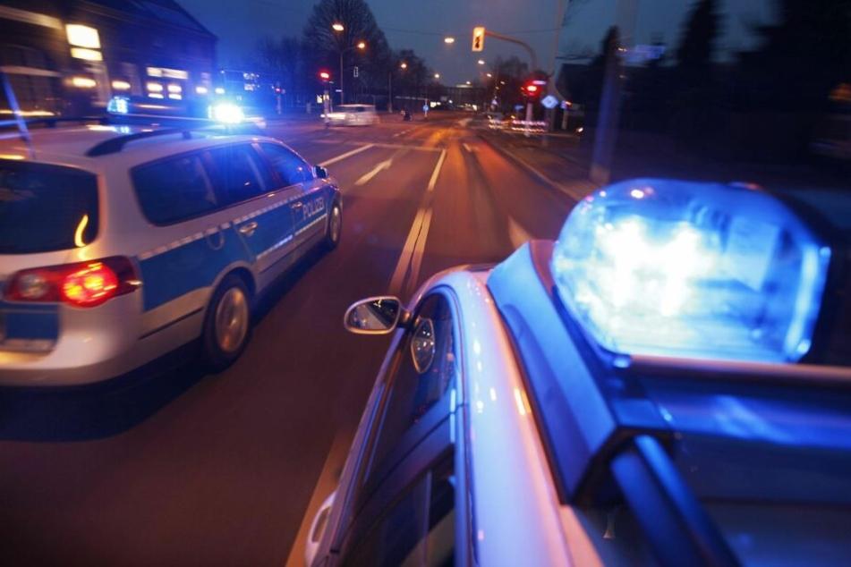 Diese Aktion geht nach hinten los: Betrunkener bewirft Polizei-Auto mit Bierflaschen