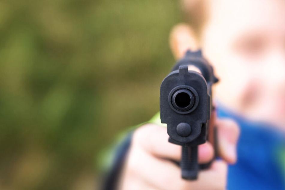 Der Junge bedrohte die Frau mit einer Schusswaffe. (Symbolbild)