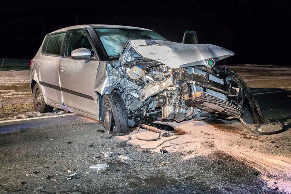 Heftiger Crash im Erzgebirge: Skoda kracht frontal gegen Baum