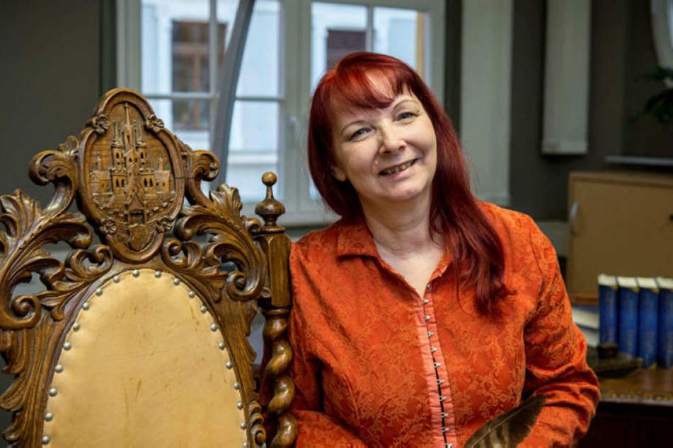 """Erfolgsautorin Sabine Ebert darf sich derweil schon über den Preis für den zweiten Teil ihrer Romanreihe """"Schwert und Krone"""" freuen."""