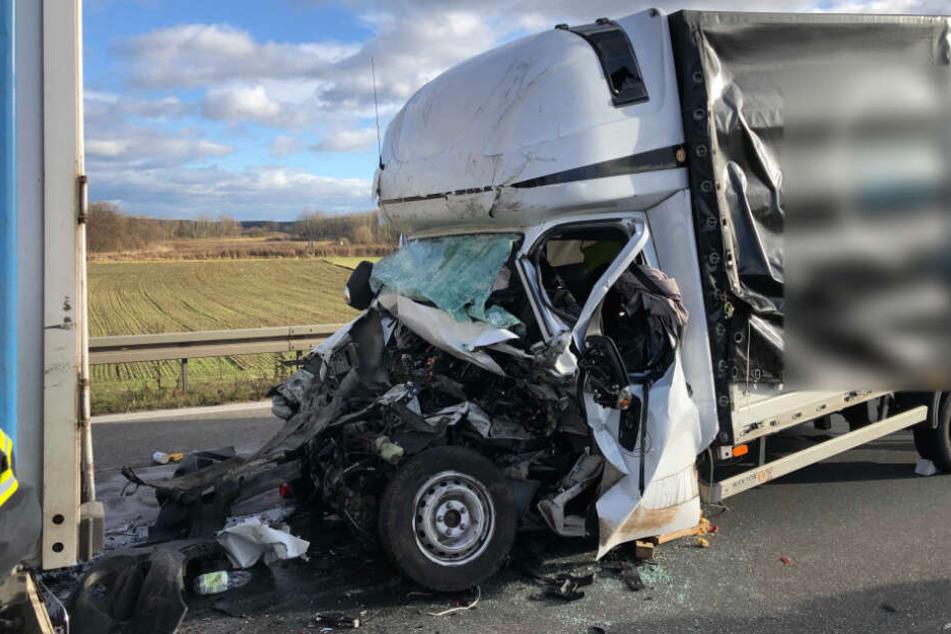 Der Transporter wurde durch den Aufprall völlig zerstört.