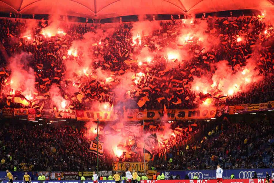 Die Gäste-Fans von Dynamo Dresden brannten zahlreich Pyrotechnik ab.