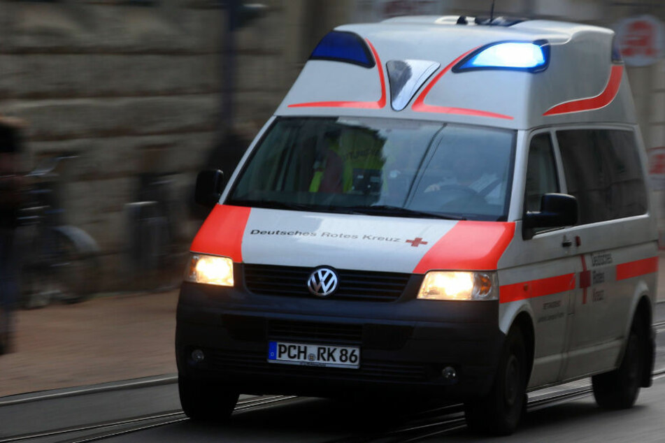 Ein Krankenwagen brachte den 62-Jährigen in eine Klinik. (Symbolbild)