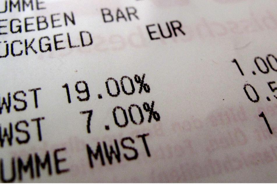 Ein Kassenzettel mit dem reduzierten (7 Prozent) und dem regulären Mehrwertsteuersatz (19 Prozent) liegt auf einem Tisch.