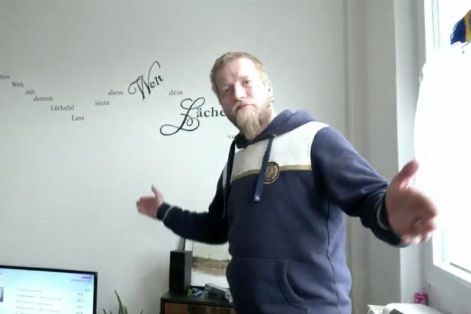 Andy zeigt stolz seine Ein-Zimmer-Wohnung. Bis vor Kurzem war der Ex-Häftling aus Leipzig noch obdachlos.
