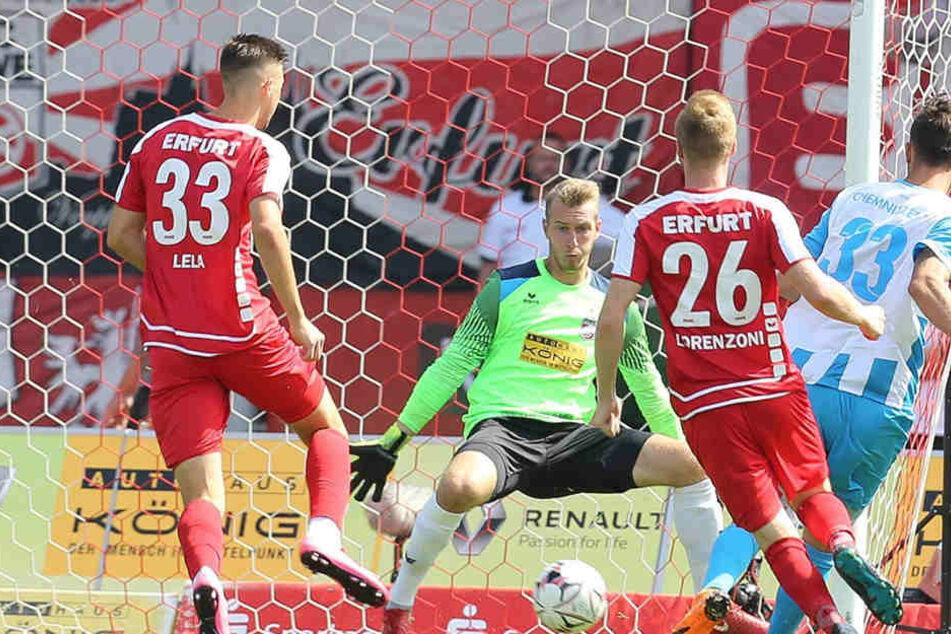 Dejan Bozic trifft aus allen Lagen. Hier überwindet er Schlussmann Lukas Cichos beim 3:0-Auswärtssieg in Erfurt.