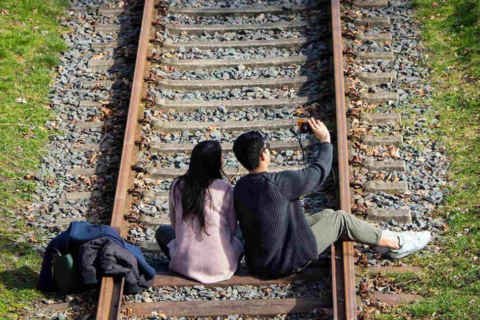 Besonders bei Jugendlichen sind Selfies auf den Bahngleisen schwer angesagt.