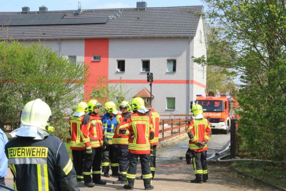Die Feuerwehren rückten mit mehreren Einsatzfahrzeugen an.