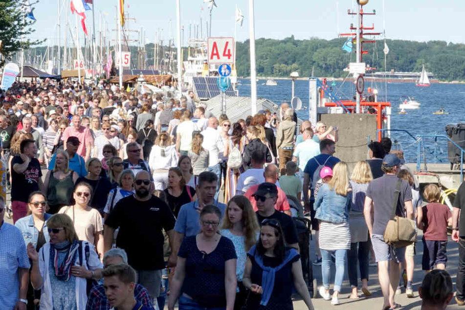Tausende von Menschen gehen am ersten Tag der Kieler Woche über die Kiellinie. Die Kieler Woche gilt als weltweit größtes Segelereignis. Bei den Regatten gehen 2000 Boote aus 60 Nationen an den Start.