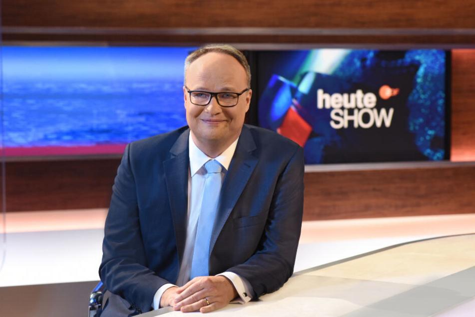 """""""Heute Show""""-Moderator Oliver Welkes sitzt an seinem Nachrichtenpult."""