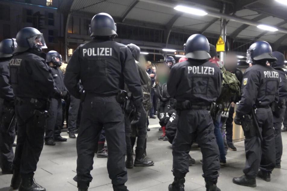 """Nach einer Demonstration von Rechtsextremisten in Remagen waren Demonstranten """"von rechten und linken Gruppe"""" auf dem Bahnhof aneinandergeraten."""