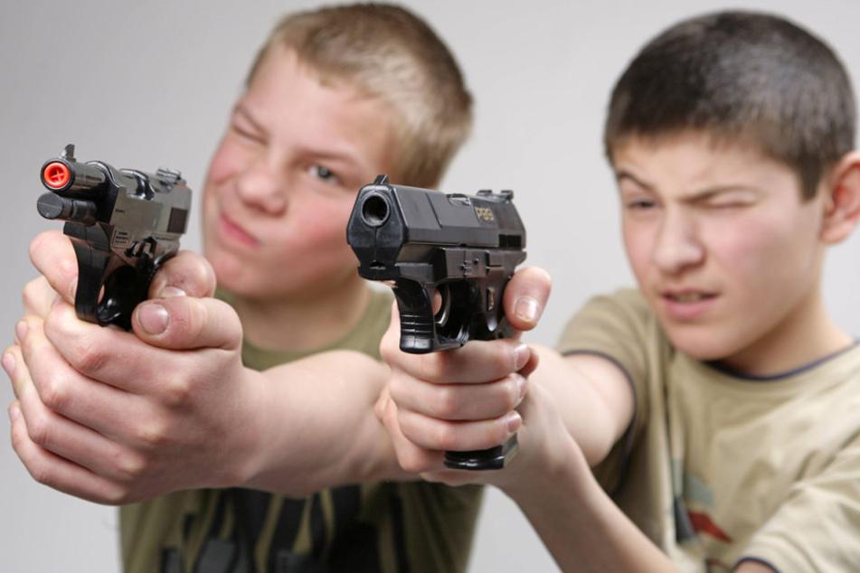Zwei Jungen im Alter von neun und 13 Jahren haben zwei Frauen mit Spielzeugpistolen bedroht (Symbolbild).