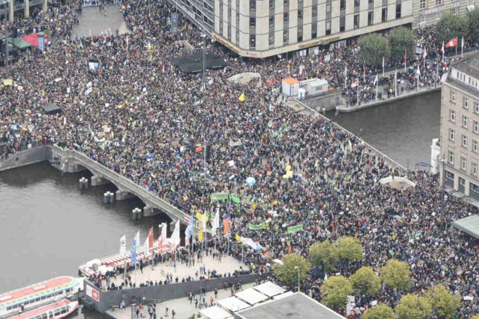 Unzählige Demonstranten sind beim Klimastreik in Hamburg auf der Straße.
