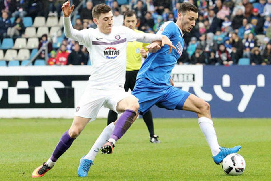 Am 19. März spielte Dominik Wydra (r., gegen Mario Kvesic) noch mit Bochum gegen Aue.