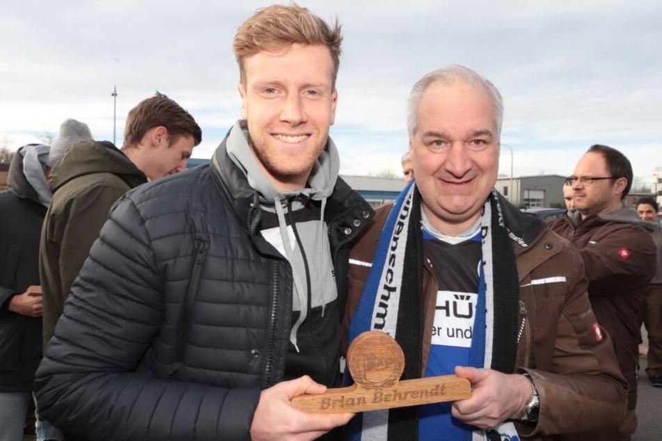 Arminia-Fan Rainer Wollenburg (r.) übergab DSC-Spieler Brian Behrendt ein Dankeschön.
