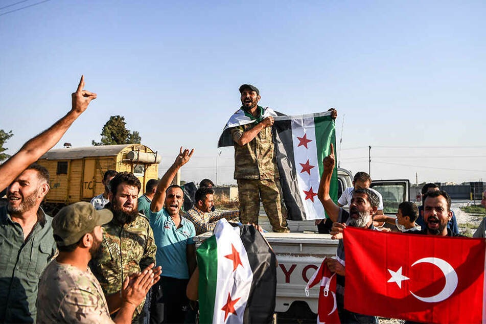 Hier syrische Oppositionskämpfer die von der Türkei unterstützt werden.