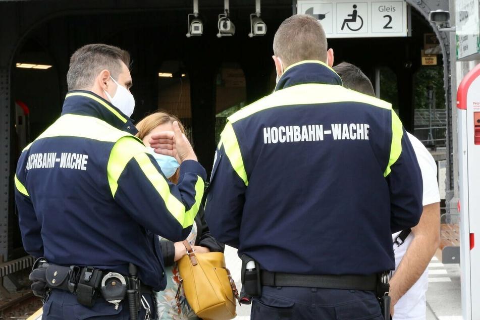 Mitarbeiter der Hamburger Hochbahn-Wache kontrollieren die Maskenpflicht im HVV.