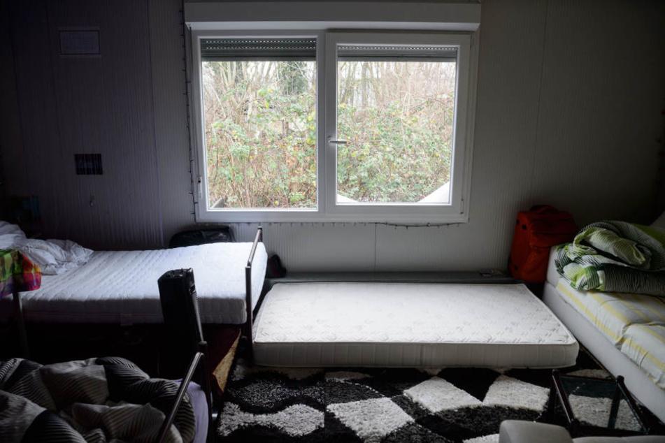 Es wird eng in den Zimmern der Leichtbauhalle. Jede freie Fläche wird von den Einwohnern genutzt.