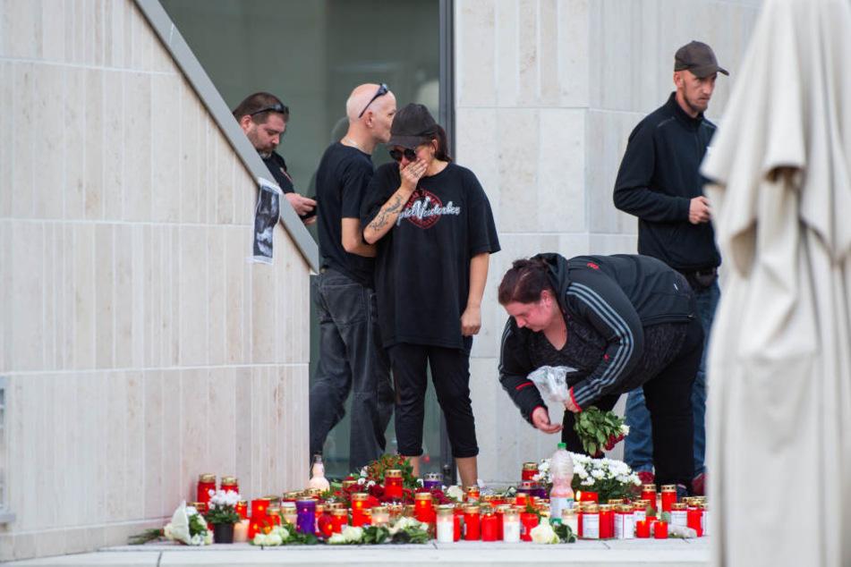 Nach dem Leichenfund hatten Trauernde Kerzen aufgestellt.