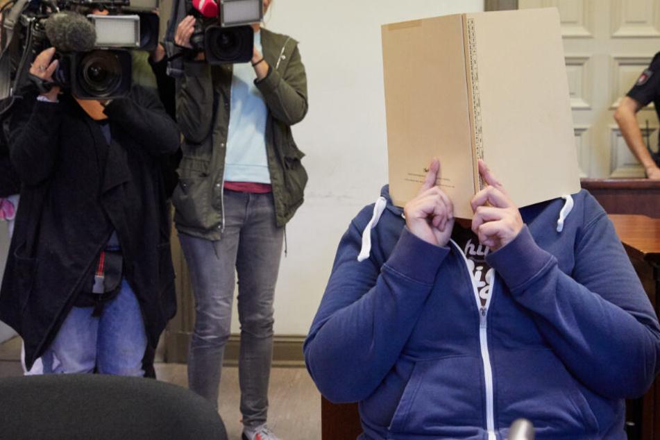 Die Angeklagte sitzt vor Prozessbeginn in einem Saal des Strafjustizgebäudes. Die 39-Jährige wird wegen versuchten Mordes angeklagt.