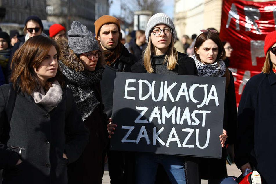 Durch ein neues Gesetz im Parlament sehen viele Polinnen ihre Rechte erneut in Gefahr und leisten Widerstand.