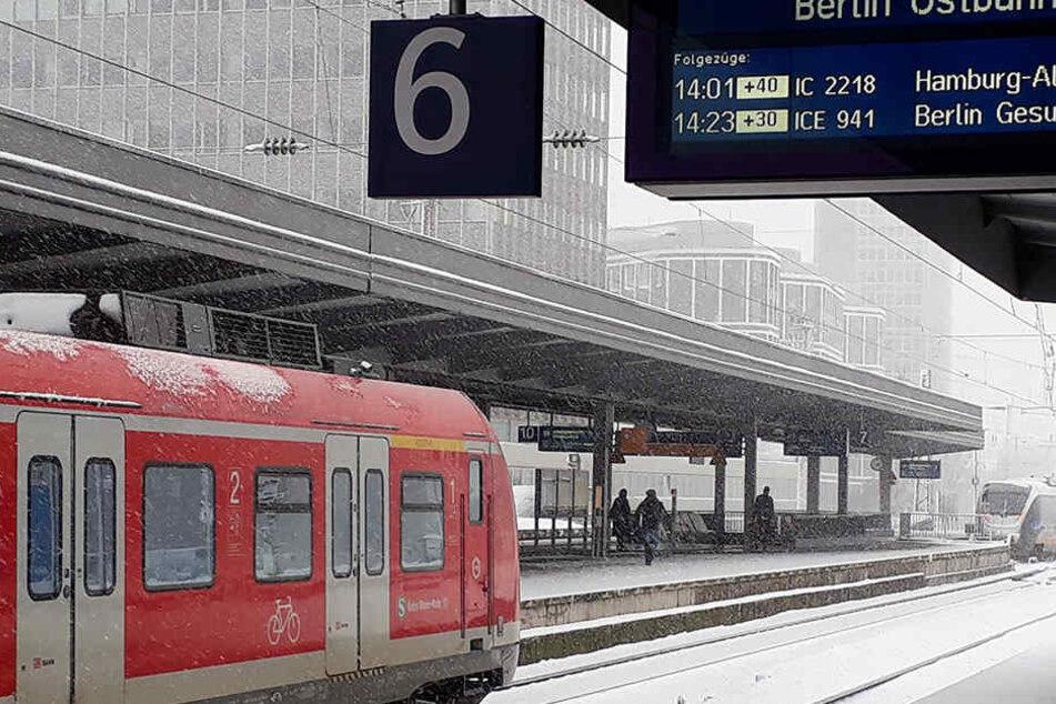 Starker Schneefall in Nordrhein-Westfalen behindert den Auto- aber auch den Bahnverkehr.