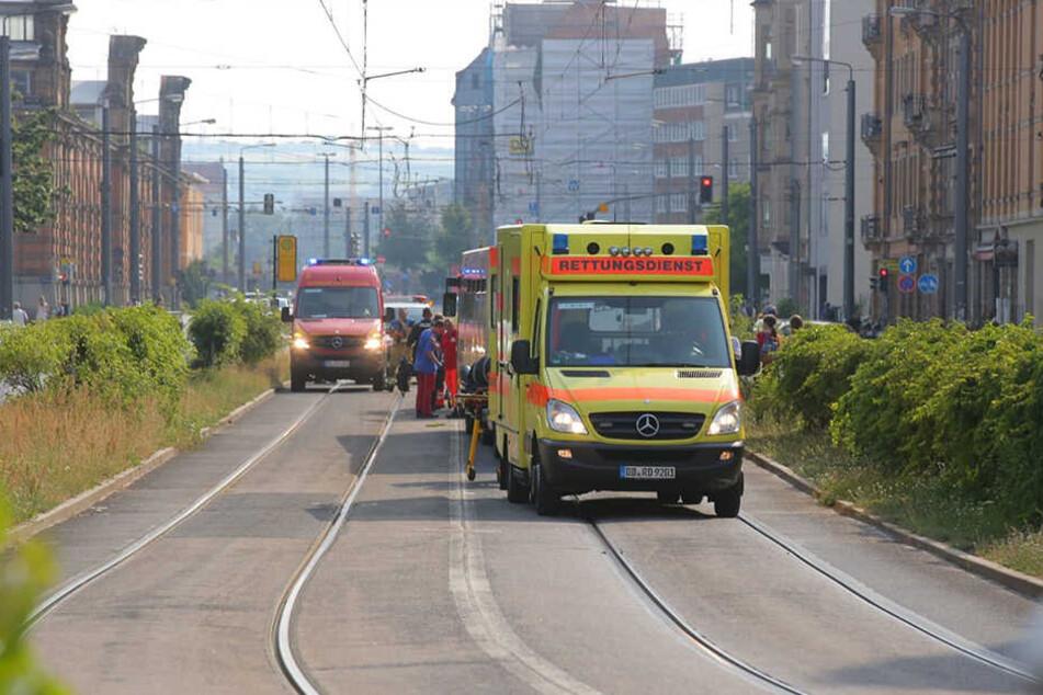 Polizei und Rettungskräfte sind vor Ort. Der Straßenbahn-Betrieb ist hier teilweise unterbrochen.
