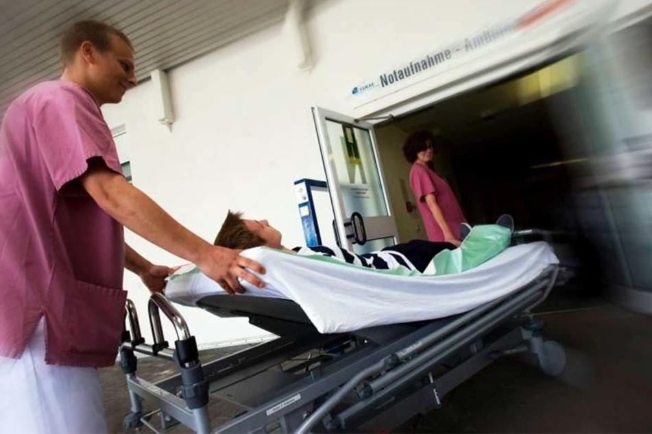 Ein Patient nach dem anderen kam in den OP. Chefarzt Bär operierte 36 Stunden durch.