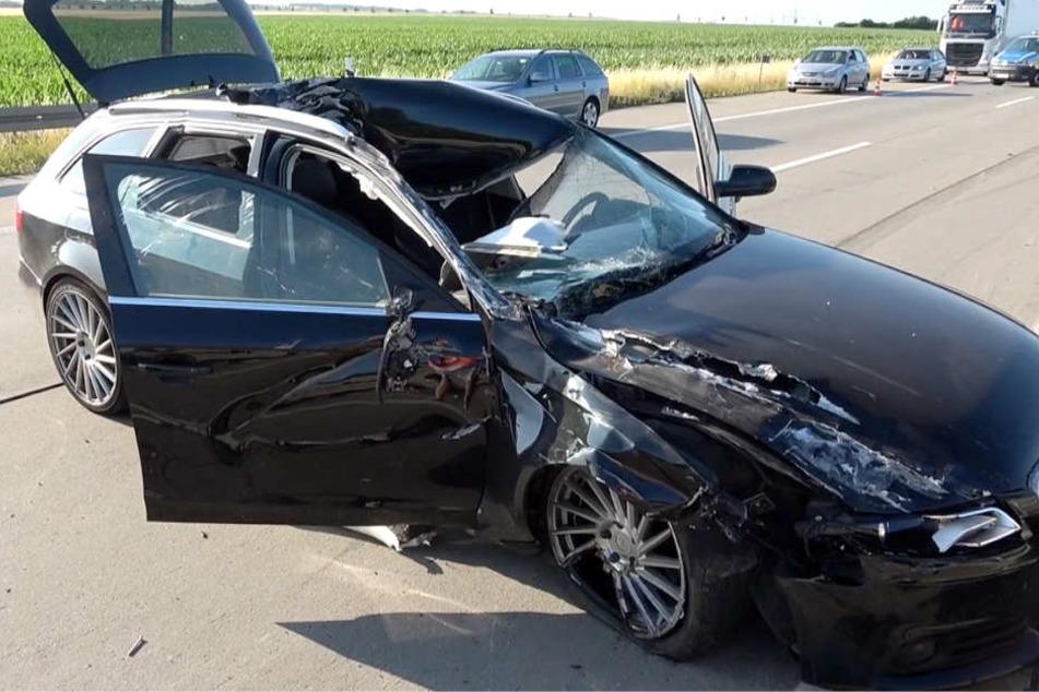 Der Audi-Fahrer hatte Glück: Ein Metallteil hatte sich in die Scheibe auf der Beifahrerseite gebohrt und ihn knapp verfehlt.