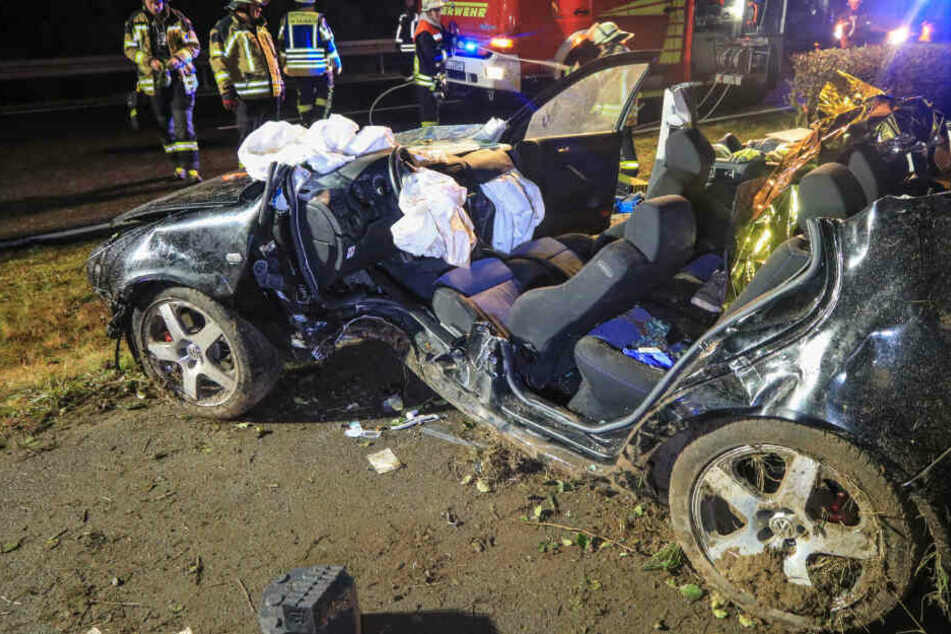 Mit schwerem Gerät konnte der Mann schwerverletzt aus dem Auto befreit werden.