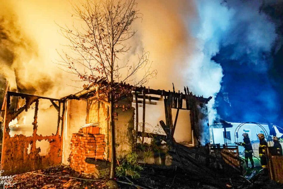 Der Holz-Anbau ist komplett niedergebrannt.