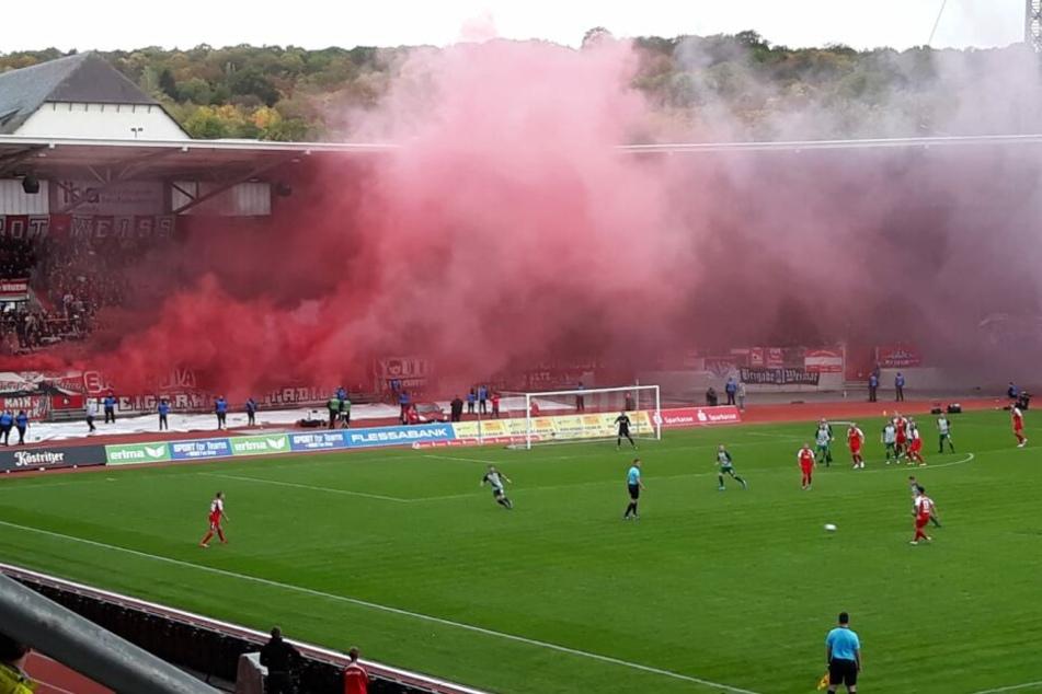 Pyro im Steigerwaldstadion! Kurz nach Beginn der zweiten 45 Minuten unterbrach der Schiri die Begegnung.