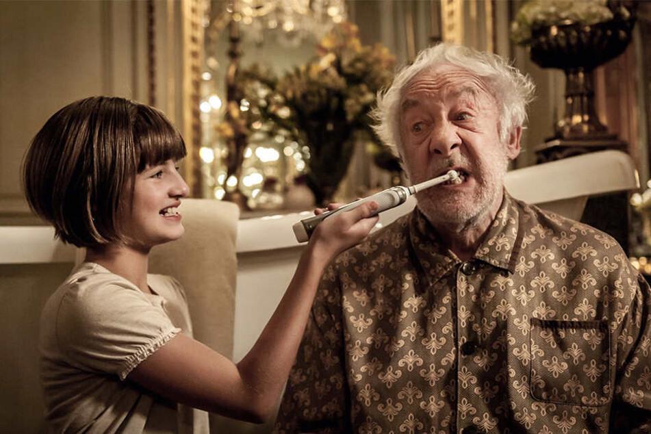 """Im Film """"Honig im Kopf"""": Emma Schweiger putzt Dieter Hallervorden die Zähne. Wer wird das auf der Bühne tun?"""
