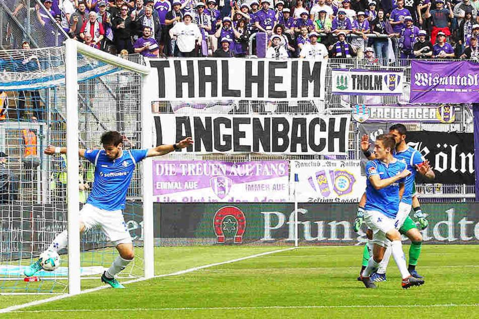 Der war drin! Deutlich hinter der Torlinie erwischt Darmstadts Romain Brégerie den Ball und schlägt diesen zurück ins Feld. Dennoch kein Treffer...