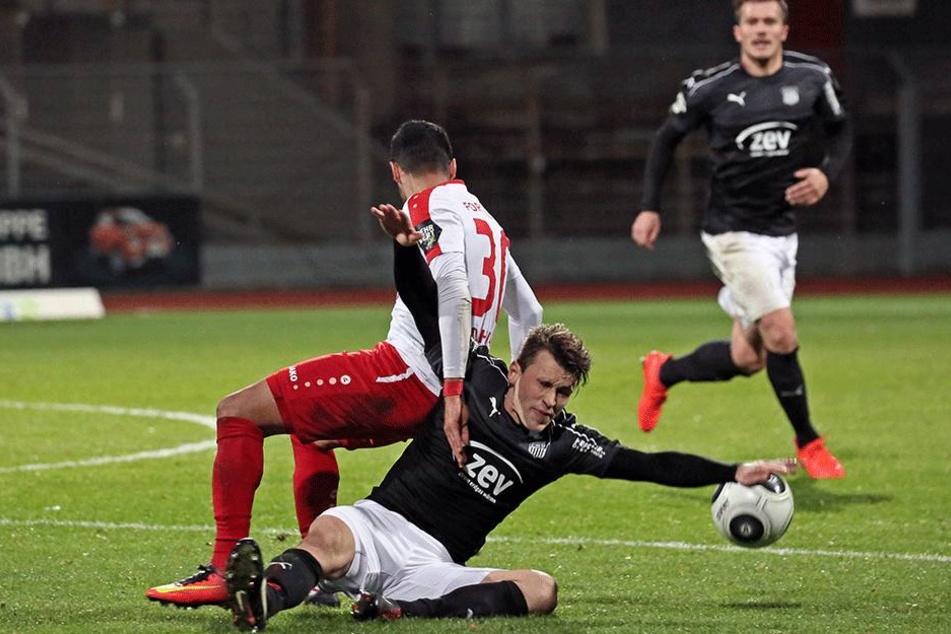 Die Zwickauer knieten sich wie hier Nils Miatke (u.) gegen Hamdi Dahmani rein - aber Zählbares sprang dabei nicht heraus.