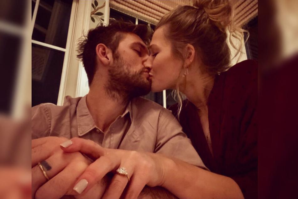 So süß machten Alexander Pettyfer (links) und Toni Garrn ihre Verlobung bekannt.