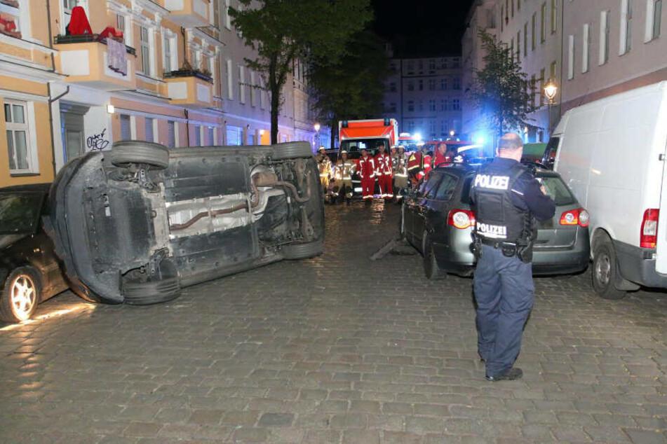Einsatzkräfte begutachten die Lage vor Ort.