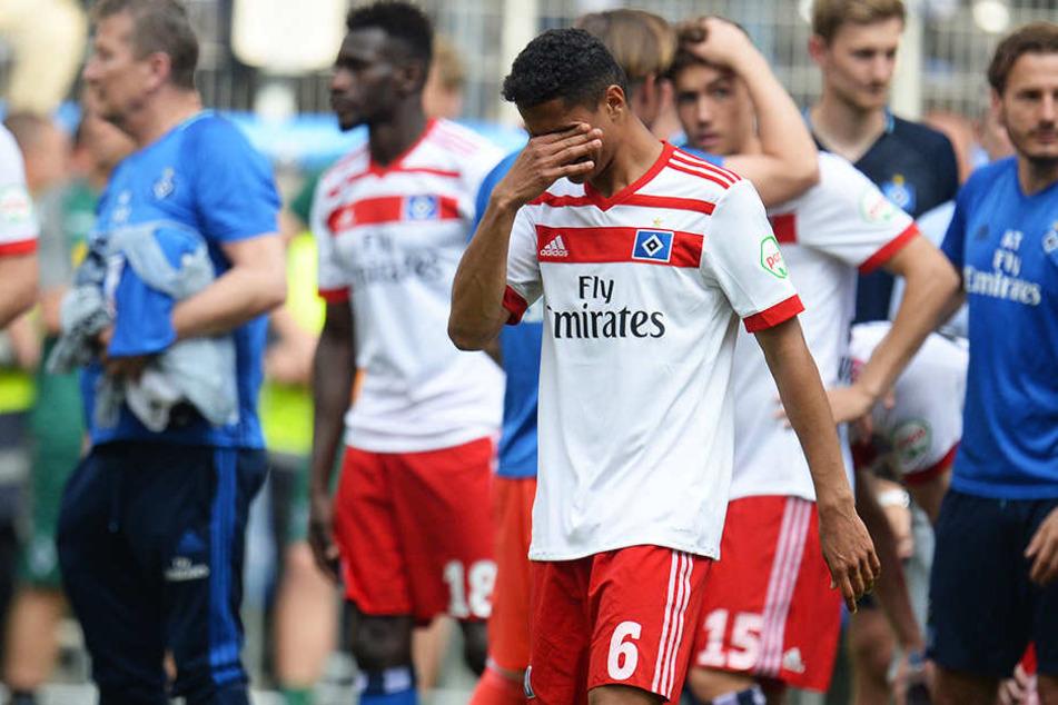 HSV-Spieler Douglas Santos konnte seine Tränen nach dem Abpfiff nicht mehr zurückhalten.