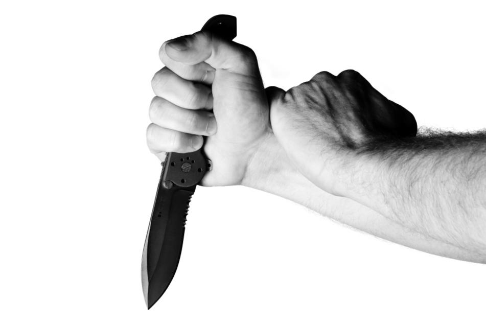 Das Opfer (33) konnte den Angriff mit einem Messer nicht abwehren und wurde im Bauchbereich verletzt. (Symbolbild)