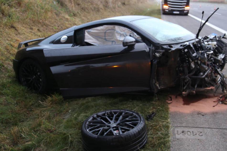 A4 voll gesperrt: Fahrer schrottet Audi R8, Transporter übersieht Stauende
