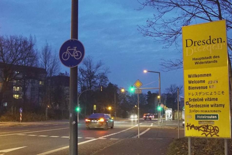 """Das überklebte Schild am Wilden Mann. Unter dem """"Dresden""""-Logo steht """"Hauptstadt des Widerstands""""."""