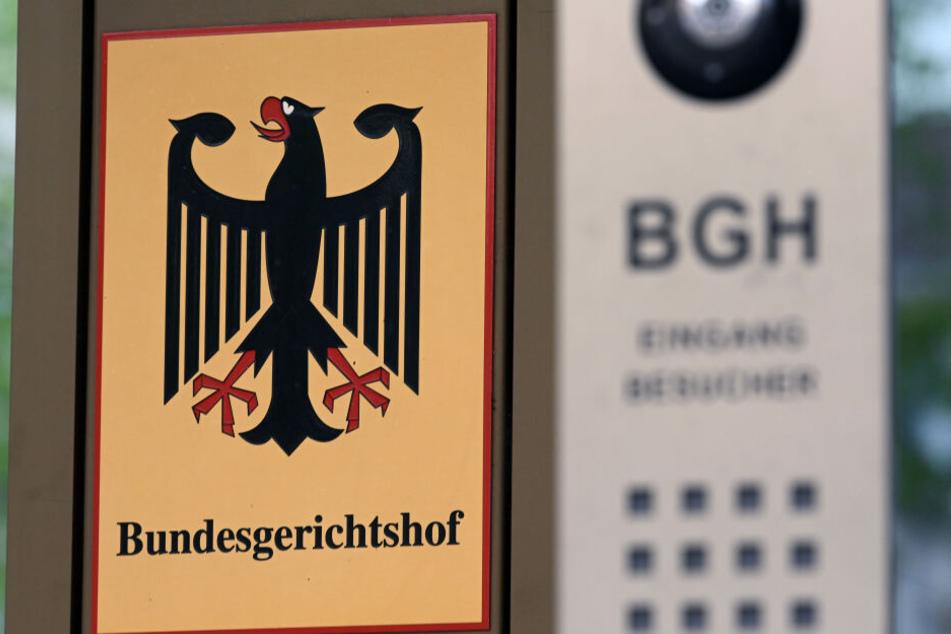 Vor dem Bundesgerichtshof (BGH) hängt ein Schild mit Bundesadler und dem Schriftzug Bundesgerichtshof.