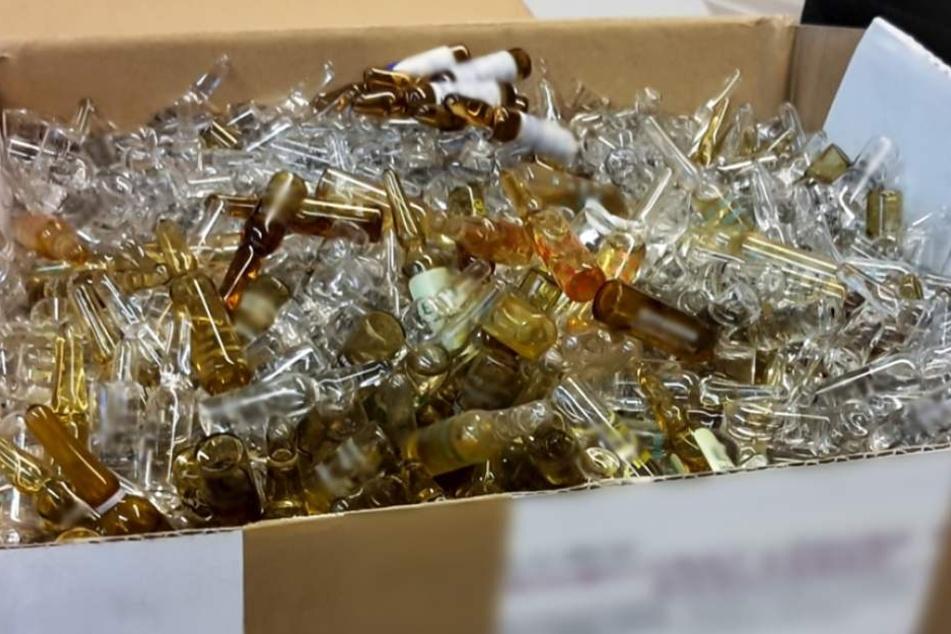 In dem weißen Karton befanden sich insgesamt über 1000 Ampullen mit medizinischen Flüssigkeiten.