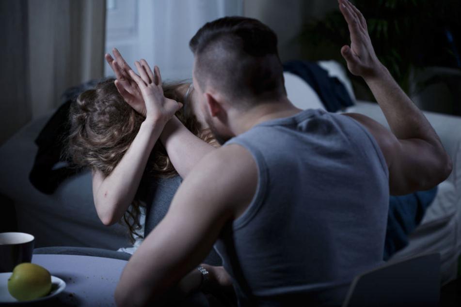 Der alkoholisierte Mann drohte der Polizei Gewalt an und verbarrikadierte sich in der Wohnung (Symbolbild)