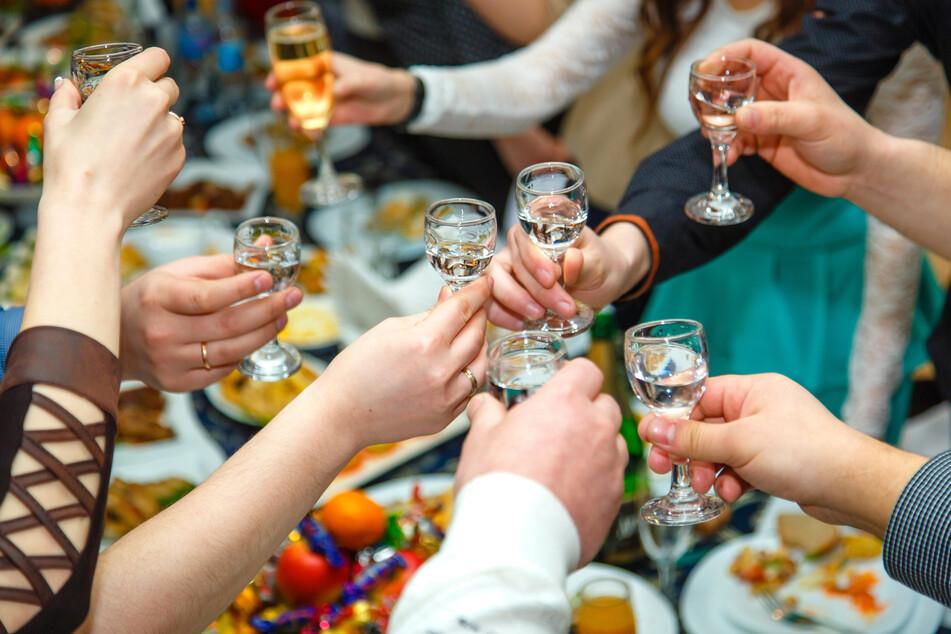 Private Veranstaltungen sind in NRW bei einer Inzidenz unter 50 im Kreis oder der Stadt draußen mit bis zu 100 getesteten Gästen und drinnen mit bis zu 50 zulässig. (Symbolbild)