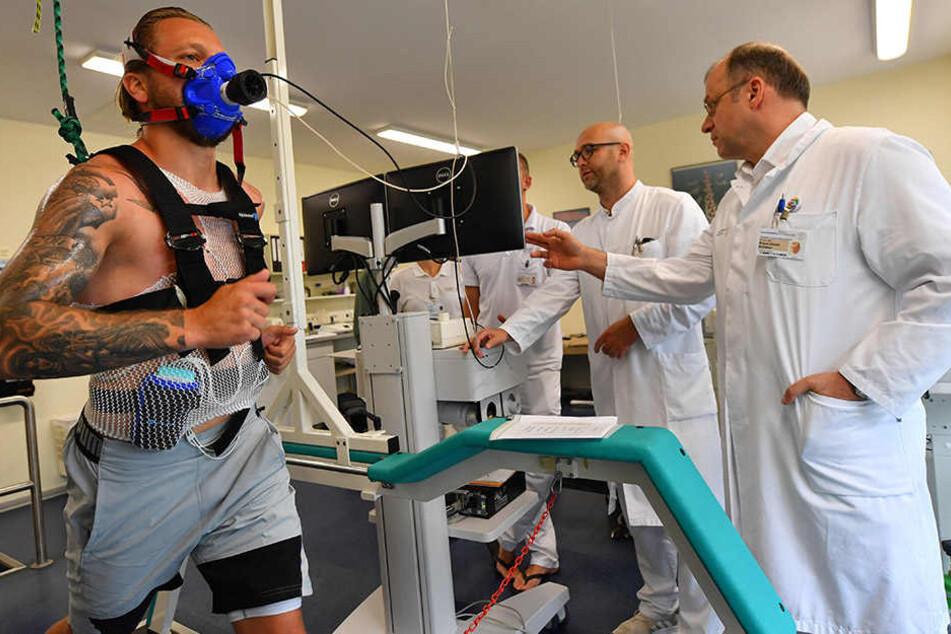 Patrick Ebert läuft, Dr. med. Hagen Fritzsche und Prof. Klaus-Dieter Schaser (r.) überwachen an der Uni-Klinik die sportmedizinische Untersuchung des Neuzugangs.