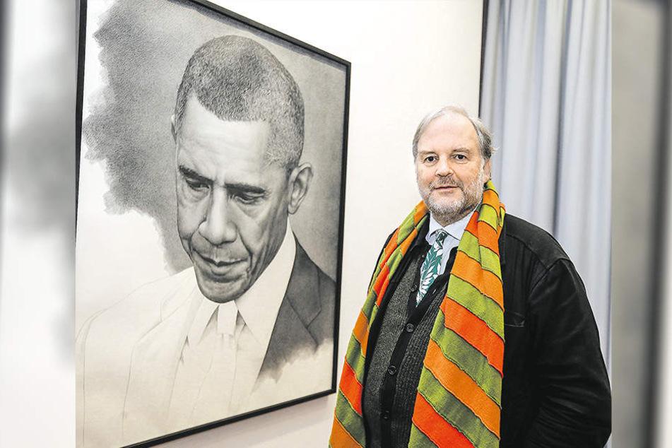 """Friedrich Meschede präsentiert die Zeichnung """"Unfinished Obama""""."""