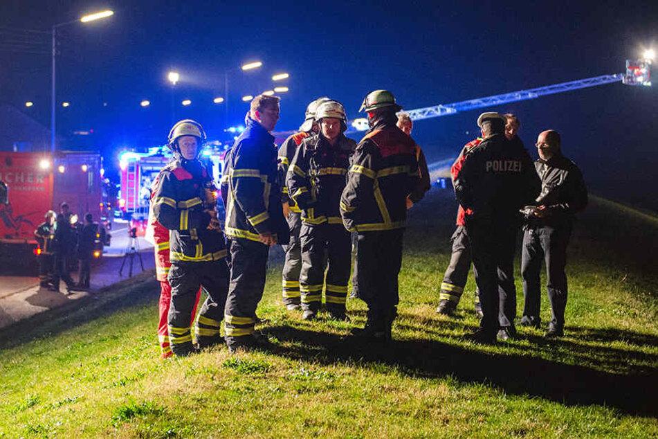 Nach einem Bootsunfall auf der Elbe wird ein Mann weiterhin vermisst.