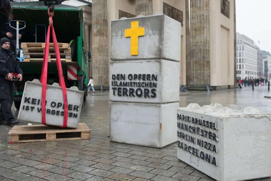 """Die Identitäre Bewegung sorgte zuletzt im Dezember 2017 vor dem Brandenburger Tor für Aufsehen. Auf Steinen forderten die Rechten auf, den """"Opfern des islamistischen Terrors"""" zu gedenken."""